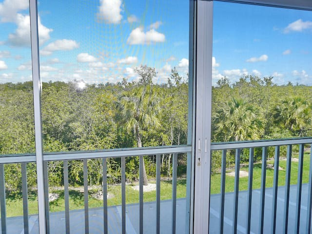Secluded condo in quiet section of Island w/ heated pool & hot tub