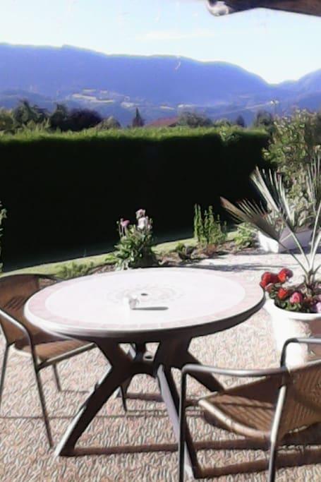 La terrasse avec sa petite table pour le petit déjeuner, les apéros, le café ... ou tout simplement pour flaner