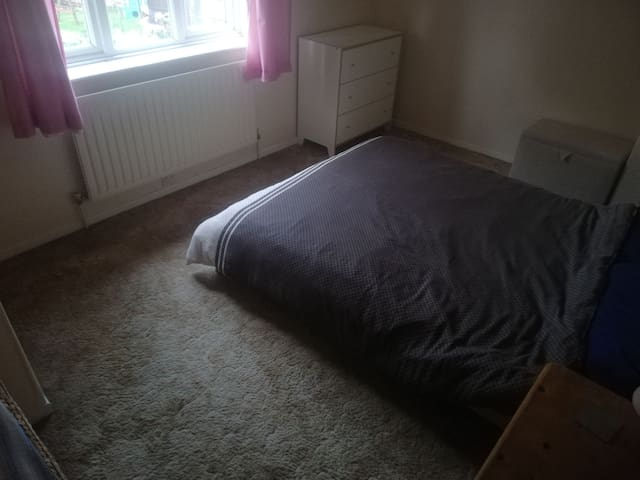 Double room in quiet house in Harbury