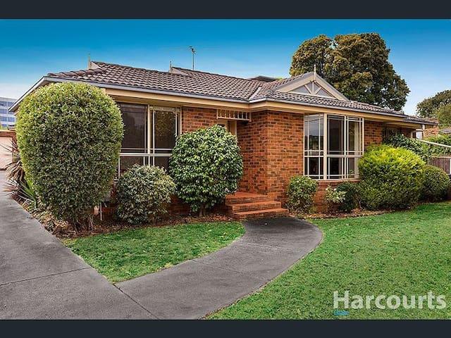 Golden Location Comfortable Home in Glen Waverley