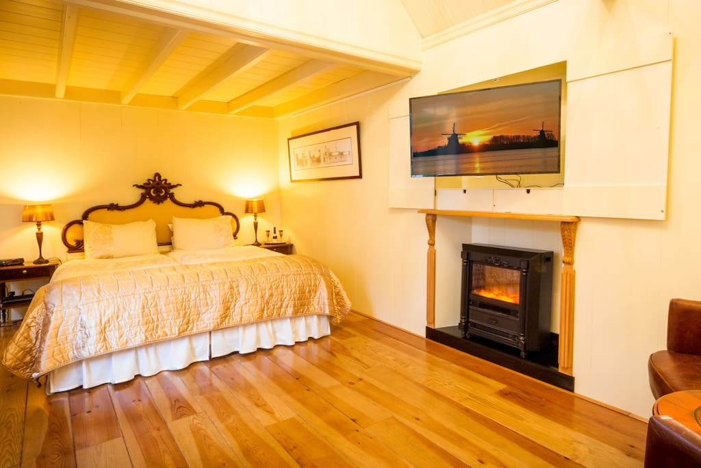 Living/sleeping room with TV with Chromecast, dvd, radio, central heating and electric heating, Wifi