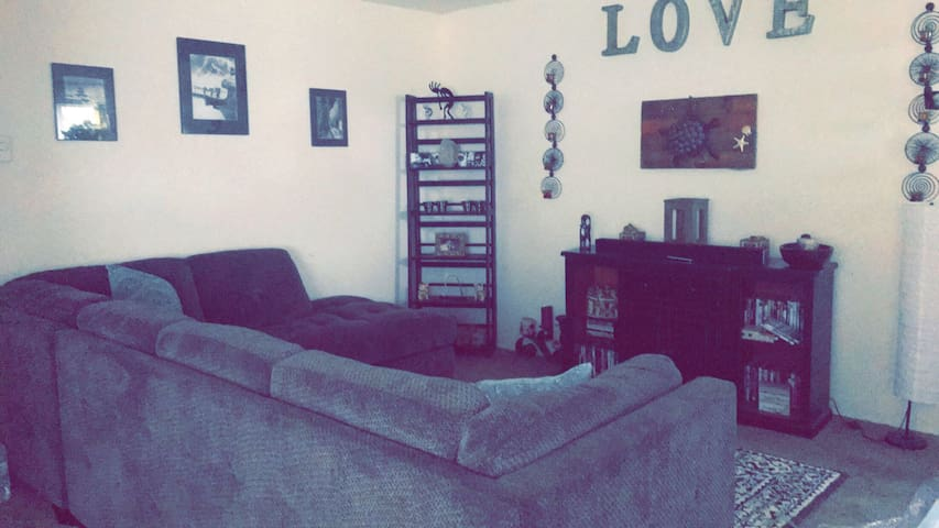 Cozy apartment close to downtown and airport beach