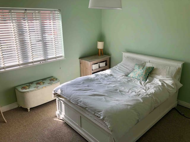 Spacious double room close to city centre