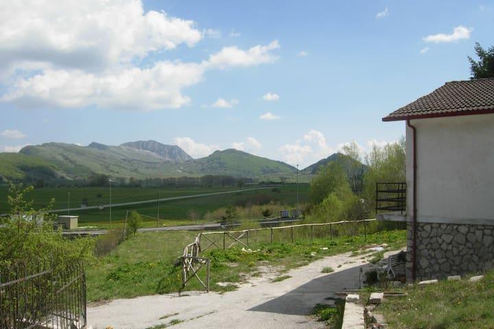 House in a beautiful landscape - Rocca di Mezzo - 1 km da Rovere - 獨棟