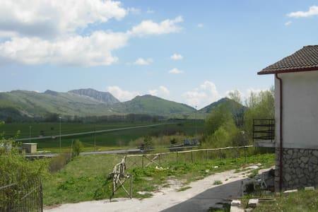 House in a beautiful landscape - Rocca di Mezzo - 1 km da Rovere