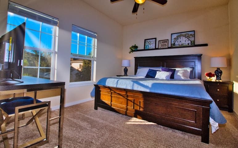 2 miles to Disney&Outlet/TV/Private Bath/King Bed