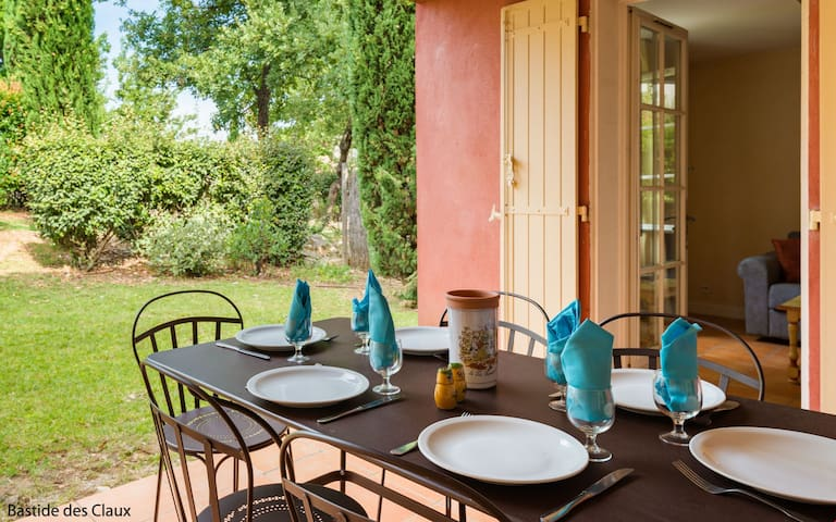 Maison cosy et colorée avec terrasse | Accès piscine!