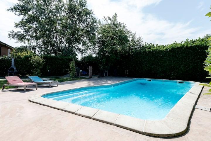 Villa immersa nel verde con piscina 2°stanza