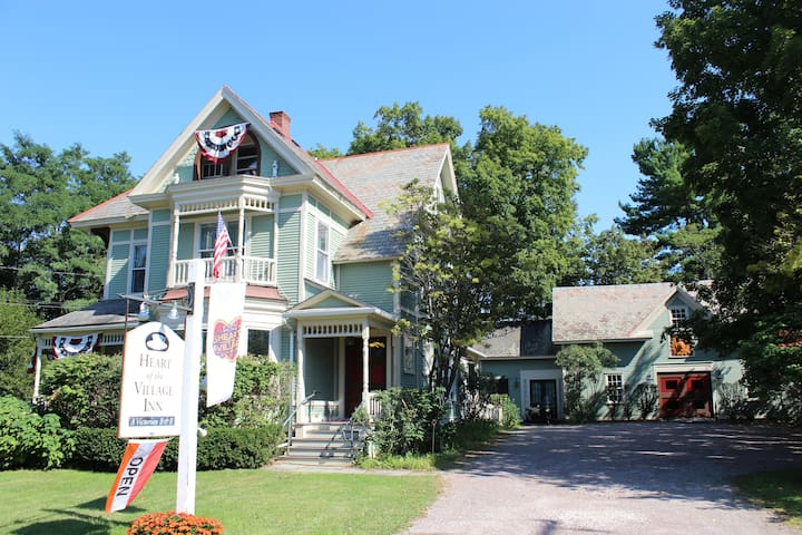 Modern Victorian B&B - King Room - Shelburne - Bed & Breakfast
