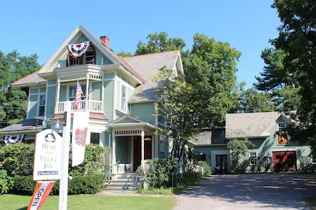 Modern Victorian B&B - King Room - Shelburne