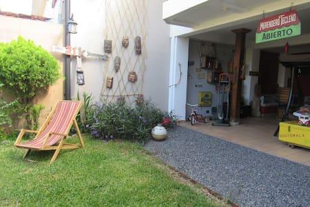 Cuarto de Huespedes/Chambre d'hôte dans une maison - Santa Tecla
