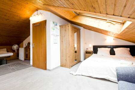 Big and nice attic room near Messegelände - Monaco - Bed & Breakfast