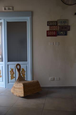 Stanza Van Gogh  è una stanza familiare, composta da 2 vani, una stanza matrimoniale e una stanza più piccola con due lettini singoli (uno a scomparsa), nella stanza vi è un bagno.