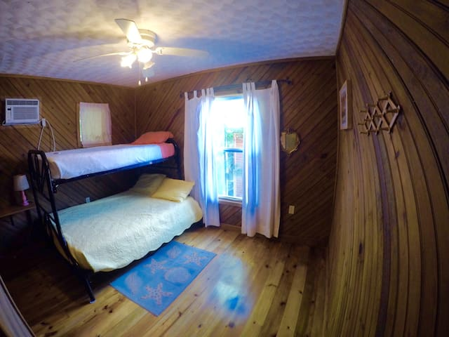 Bed & Breakfast, Bunk bed room, Sleeps up to 3 - Jonesville - Dormitorio compartido