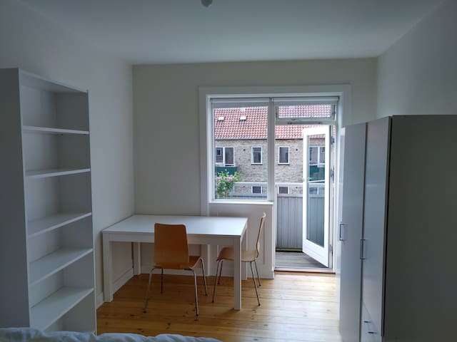 14m2 room next to Valby station with balcony.