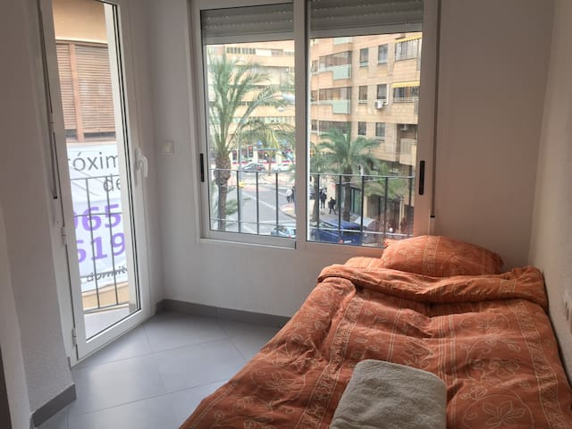 Single room with balcony for rent - Alacant