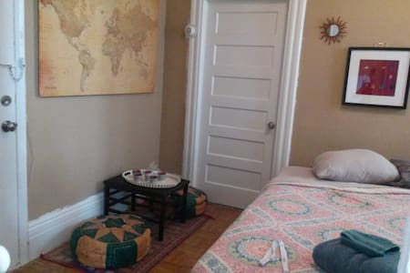 Quaint, mostly private bedroom-20 minutes from NYC - Newark