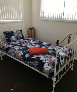 Comfy new house King single bedroom - Koonawarra