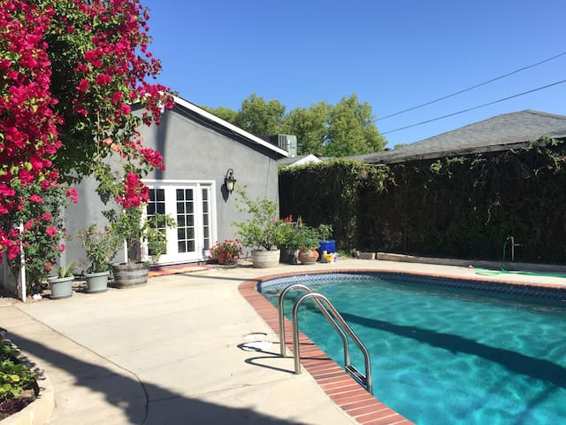 Bright, Private Room in relaxed Lake Balboa Oasis