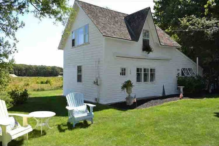 Cranberry Cottage - Walk to the beach or town!