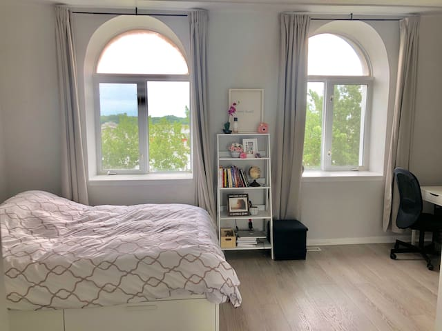 Private floor in townhouse w/ parking(female only)