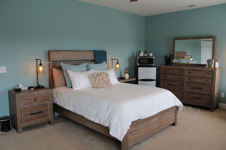 Main guest room - Queen-size bed