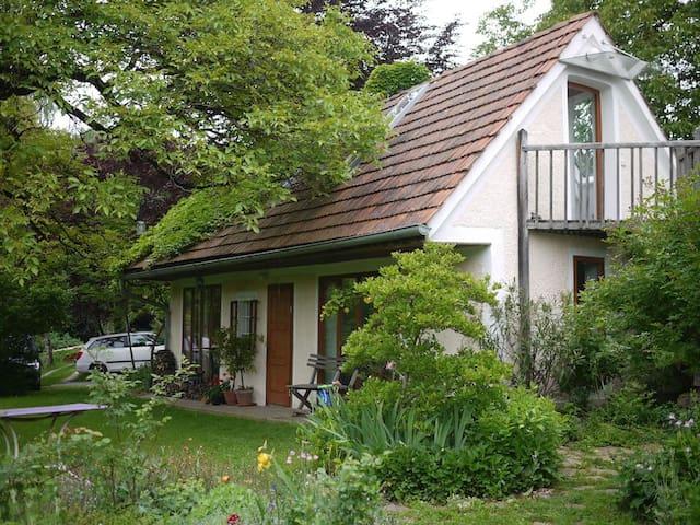 Häuschen mitten im wunderschönen Garten