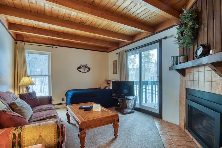 Convenient condo with shared pool, hot tub, & sauna - near lake & slopes!
