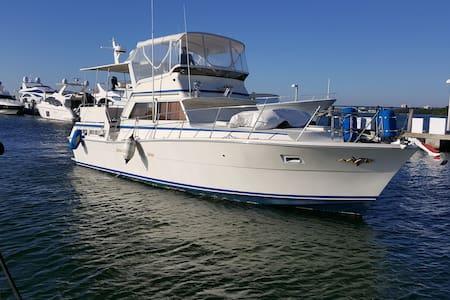 Motor Yacht Getaway! :) - 船