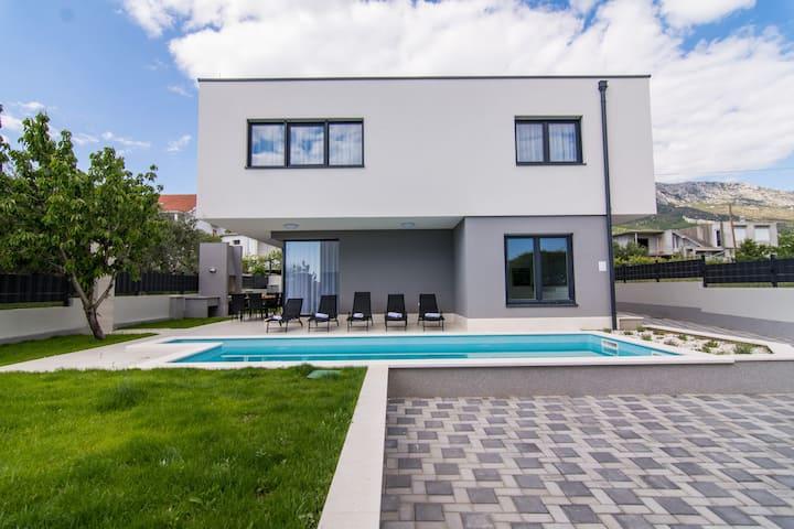 Twin Ladies Residence - Luxury 5* North Villa