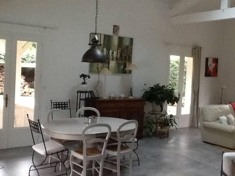 Une table dans la pièce à vivre