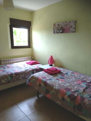 Habitacion con dos camas individuales de 105 cm