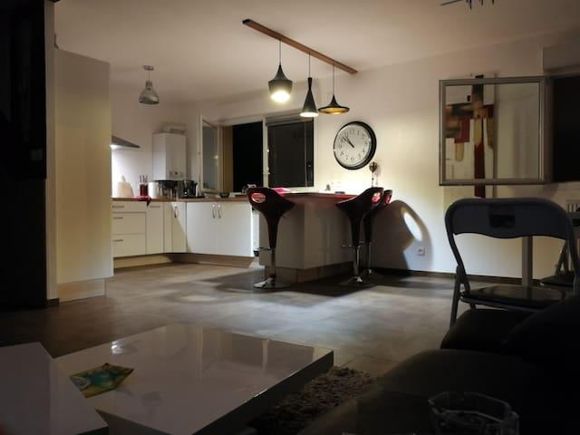 T4 duplex chambre enfant , jardin et barbecue