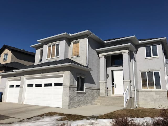 Massive, luxurious home close to DT (sleeps16+) - Calgary