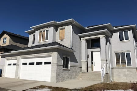 Massive, luxurious home close to DT (sleeps16+) - Calgary - Hus