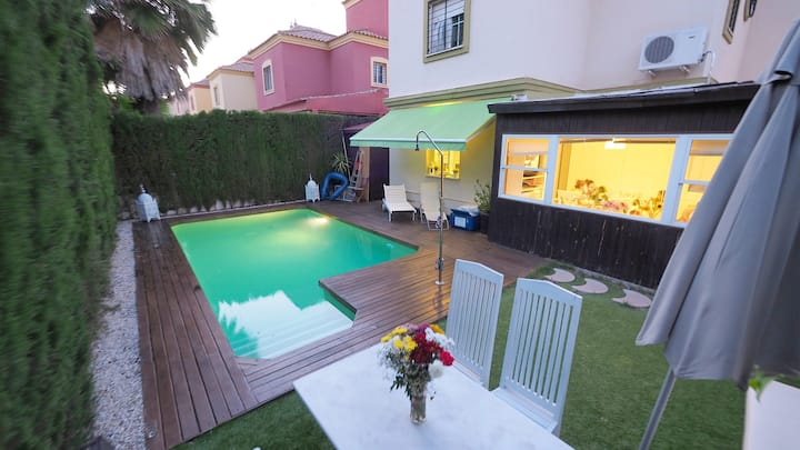 Villa with 4 bedrooms in Tomares, with private pool, enclosed garden and WiFi