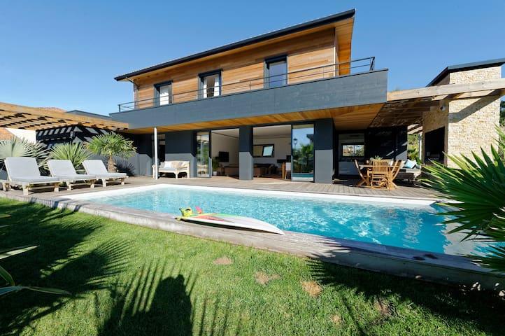 Villa Neuve avec Piscine Chauffée. Plage à pied