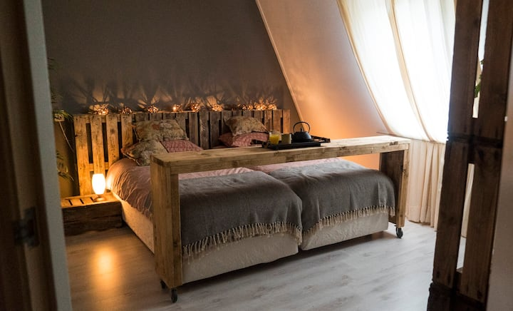 Leuke sfeervolle kamer met privé badkamertje.