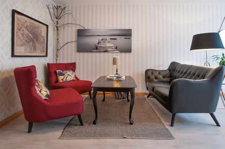 Three floor townhouse 20 minutes from Down Town - Danderyd - Reihenhaus
