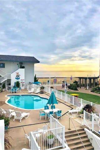 Beach Studio - Ocean, Pool, Boardwalk, & Bikes