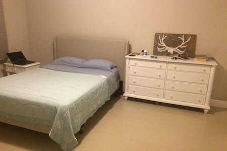 One bedroom in 3 Bedroom apartment - 웨스트 베이(West Bay)
