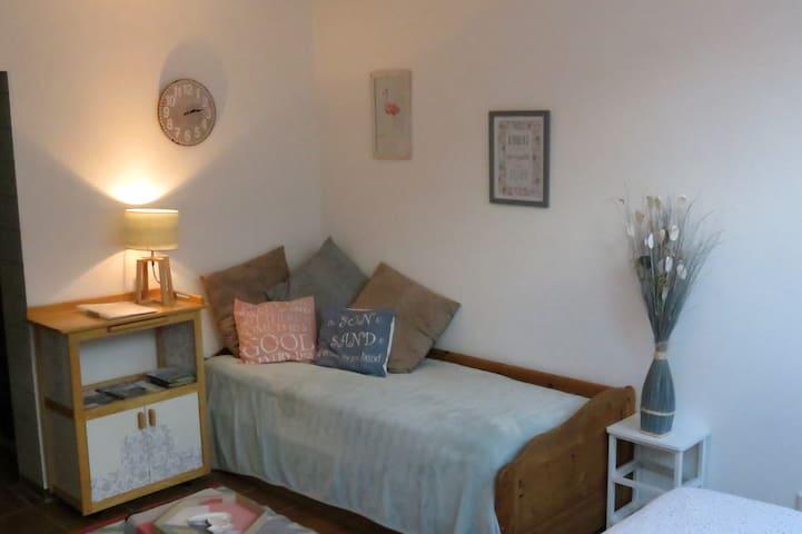 Sitzecke mit 2 Einzelbett Schlafmöglichkeiten / Sitting area with 2 single beds