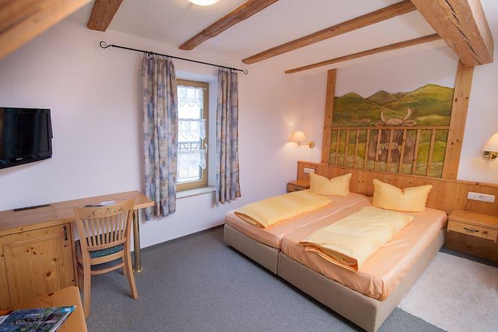 Gutshof Colmberg (Colmberg), Doppelzimmer Comfort mit kostenfreiem WLAN und Fernseher