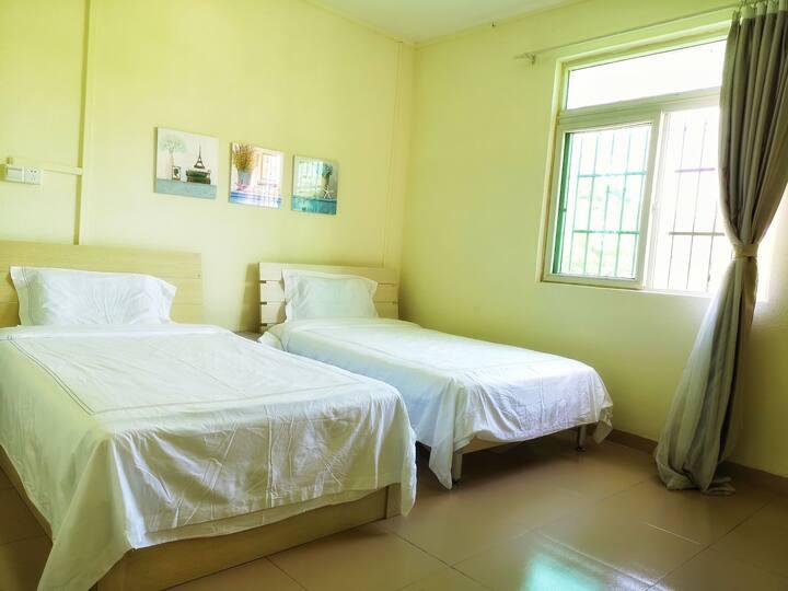 观风小驻4号房,舒适宽敞的海岛别墅,2百平米6室2厅公寓,出租其中一间主卧,周围都能看到山海景。