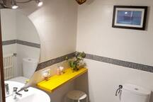 Baño completo recién reformado con gran espejo