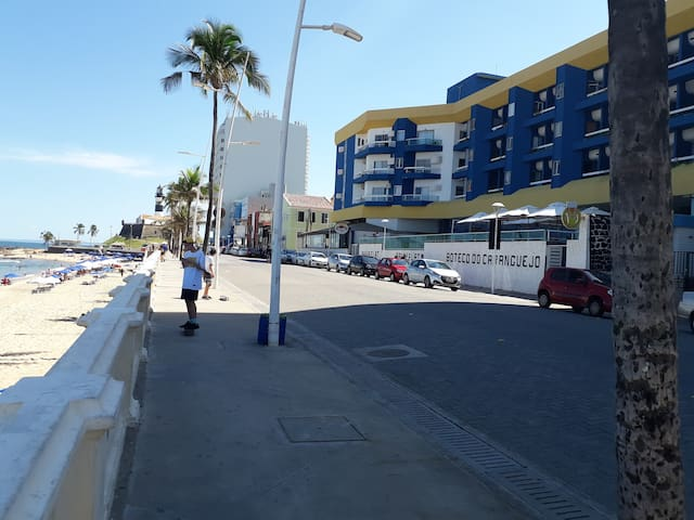 Bahia Flat perto do Farol da Barra. Frente ao mar.