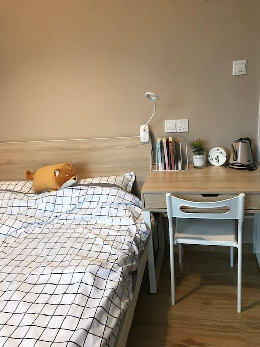 小黄比较贪睡,这里也算是五脏全了吧,房间比较小,虽然是双人床,但这个房间可能更适合一个人咯