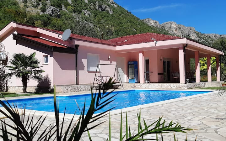 "HACIENDA "" NERETVA "" Mostar / Holiday Home"