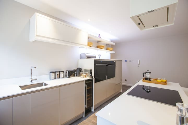 Luxury Serviced Apartment ~ The Huxley