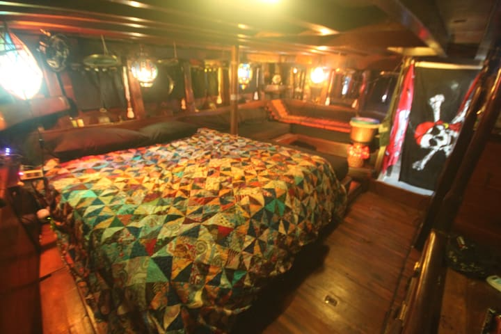 Master Cabin on Sunnys Pirate boat - Sanur - Bateau